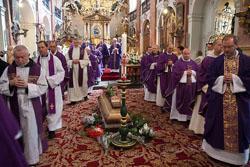 Poslední rozloučení s otcem Bernardinem Josefem Mrázem, minoritou v bazilice sv. Jakuba v Praze